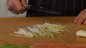 Tailler en mirpoix : poireaux