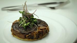 Tatin de champignons et salade de pousses