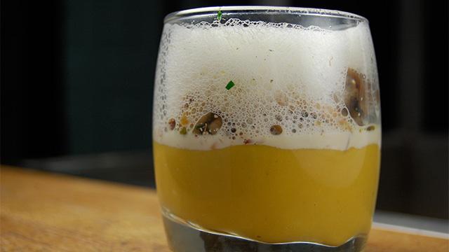Purée de courge Butternut et marrons, champignons de saison, éclats de noisettes et moussante à la truffe