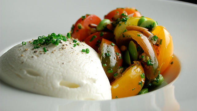 Salade de tomates Heirloom et espuma de mozzarella