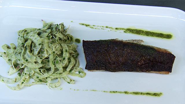 Morue charbonnière poêlée, salade de fenouil et câpres à l'huile de basilic