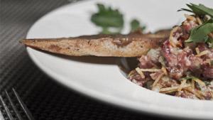 Tartare de bœuf, ail confit, chorizo, huile de truffe et pommes de terre allumettes
