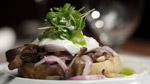 Crostini de champignons, mozzarella fraîche et œuf de caille poché