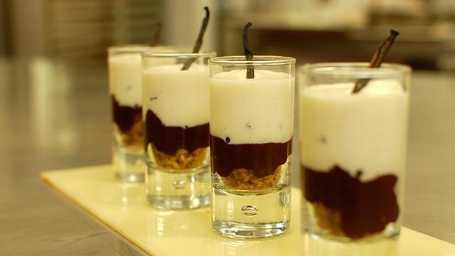 Verrine au chocolat de Tanzanie mousseux de vanille et chocolat blanc et crumble aux noisettes