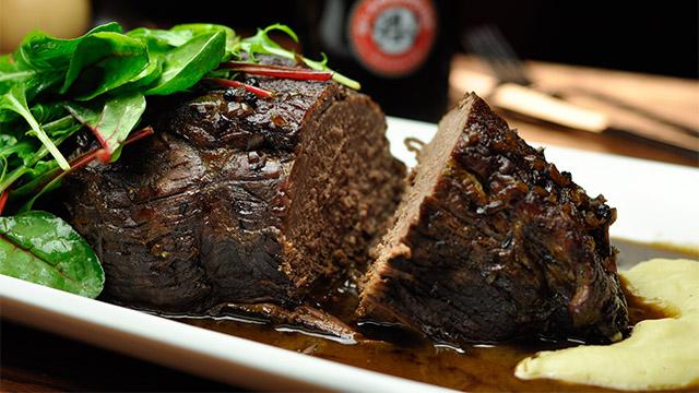 Épaule de bœuf braisée à la St-Ambroise noire, baies de genièvre et muscade