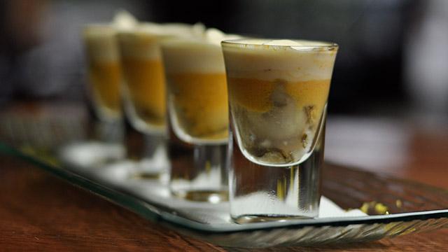 Huîtres en «shooter» à la crème de bisque et piment d'Espelette