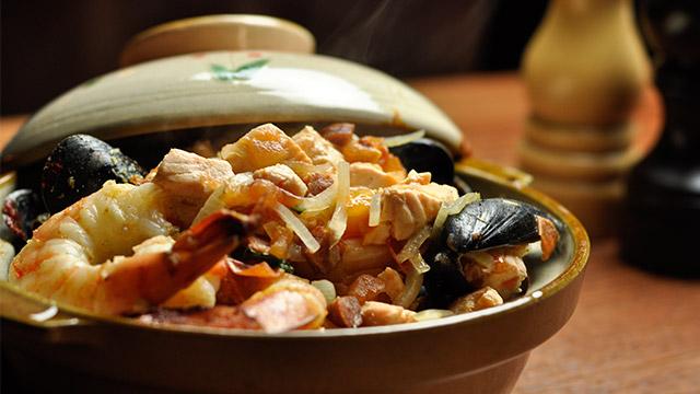 Poêlée de coquillages, crevettes et saumon aux tomates et chorizo