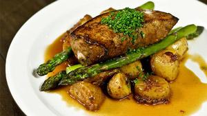 Foie de veau de lait poêlé, pommes de terre fondantes au bacon, asperges