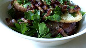 Cuisses de poulet braisées au vin rouge, panais, œufs pochés, persil aux lardons