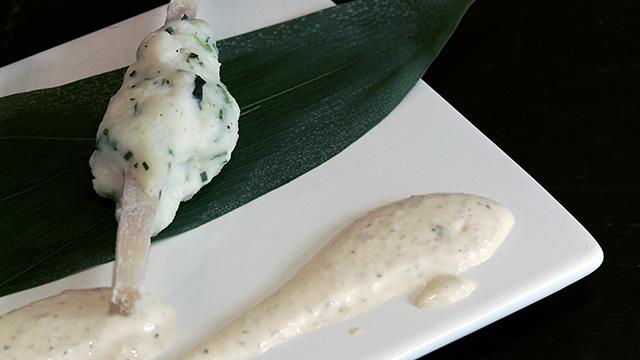 Brochettes de poisson sur canne à sucre, sauce tartare
