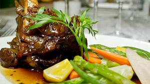 Jarret d'agneau braisé, petits légumes printaniers, sauce gingembre et truffe