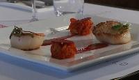 Pétoncles rôtis, compotée de poivron au thym et jus de framboises