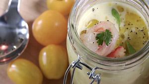 Gaspacho de tomates jaunes, vinaigre de cidre et salade de crevettes