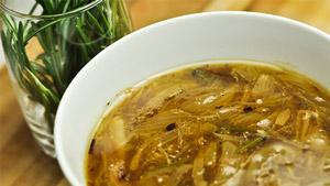 Soupe à l'oignon, baies de genièvre et huile d'ail