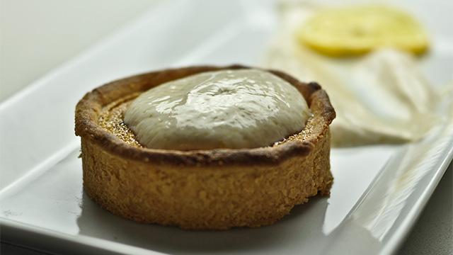 Tarte au sucre, vanille Bourbon, pâte aux amandes et fromage blanc à la cassonade blonde