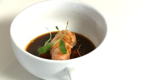 Langoustines caramélisées, consommé et brunoise de légumes