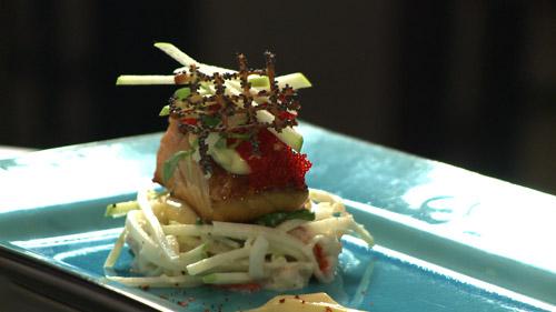 Salade de pattes de crabe d'Alaska en crémeuse de céleri et saumon mi-cuit, mi-fumé à l'érable