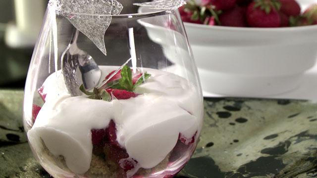 Crumble de fraises, mousseline au Fragoli et cristalline