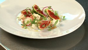 Salade de chèvre aux échalotes, figues fraîches, radis, noix de pin et vinaigrette au vinaigre de banyuls