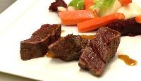 Filet de bison, kumquats confits, fricassée de légumes et purée de betteraves