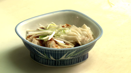 Raviolis won-ton et sauce sichuanaise épicée au gingembre