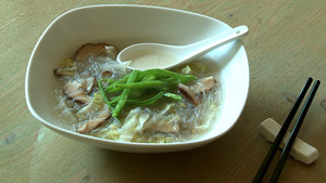 Soupe aux vermicelles de soja, champignons shiitake et chou napa