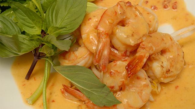 Crevettes épicées au lait de coco et herbes thaïlandaises fraîches