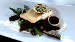 Doré de lac poêlé, asperges, gourganes et champignons, couteaux persillés, jus d'une daube