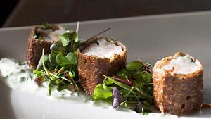 Crevette en croustillant de sarrasin, yaourt aux herbes, bouillon de roquette et cresson
