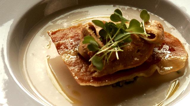 Velouté de haricots cocos, champignons sauvages, serrano et copeaux de foie gras à la fleur de sel