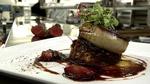 Escalope de foie gras de canard poêlée, pouding à la rhubarbe, caramel de fraises au balsamique