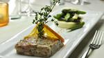 Tartare de canard, gelée de chocolat blanc, fleur de sel aux agrumes et méli-mélo d'asperges