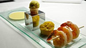 Brochette de crevettes, yogourt glacé au cari, crème et cake de maïs