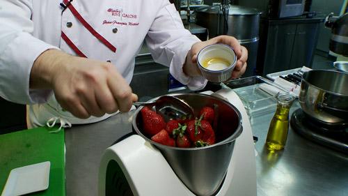 03_ajouter_fraise_basilic_miel_melangeur.jpg