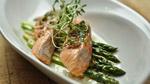 Moelleux de saumon biologique à l'huile d'aromates et éventail d'asperges
