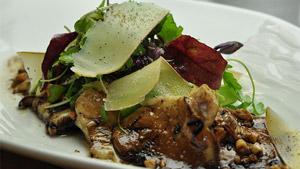 Salade de pleurotes, vinaigrette aux noix de pin et copeaux de fromage Zéphyr