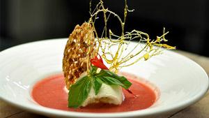 Soupe de fraises à l'hydromel et quenelle de chocolat blanc