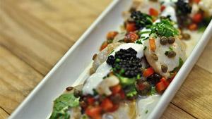 Pétoncles marinés à la lime et coriandre, poivron rouge et lentilles