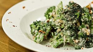 Salade tiède de brocoli, chèvre frais et noix