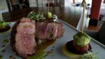 Côte de veau grillée, sauce tamarin, bocconcini aux herbes et brochette de légumes