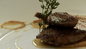 Suprêmes de caille en croûte de pain d'épice et purée de fèves au lard