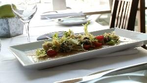 Carpaccio de veau de lait, salade nicoise aux olives tempura et citrons confits