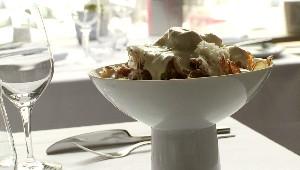 Poutine de chips de pommes de terre rattes, sauce à l'huile de truffe