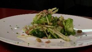 Salade effeuillée de choux de Bruxelles aux raisins dorés et noix de pin