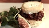 Tartelette d'oignons caramélisés, chèvre, salade de cresson et figues