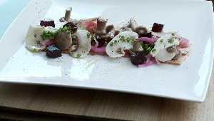 Bacon braisé servi «à la bourguignonne», champignons et oignons marinés, gelée de vin rouge