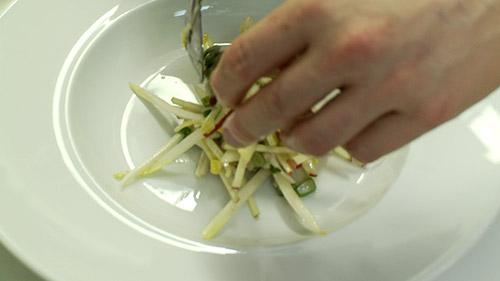 13_deposer_salade_dans_assiette.jpg