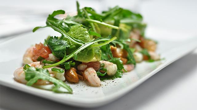 Salade de crevettes nordiques, plemousse, avocat et cœurs de