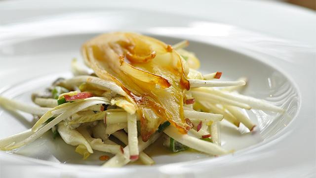 Salade d'endives caramélisées, pomme et bleu bénédictin