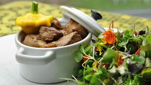 Bœuf braisé aux légumes et vin rouge